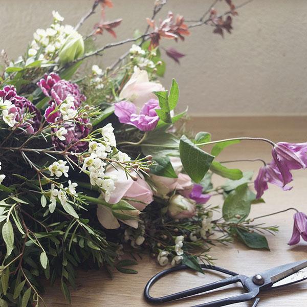 Conception d'un bouquets de fleurs sauvages à l'atelier