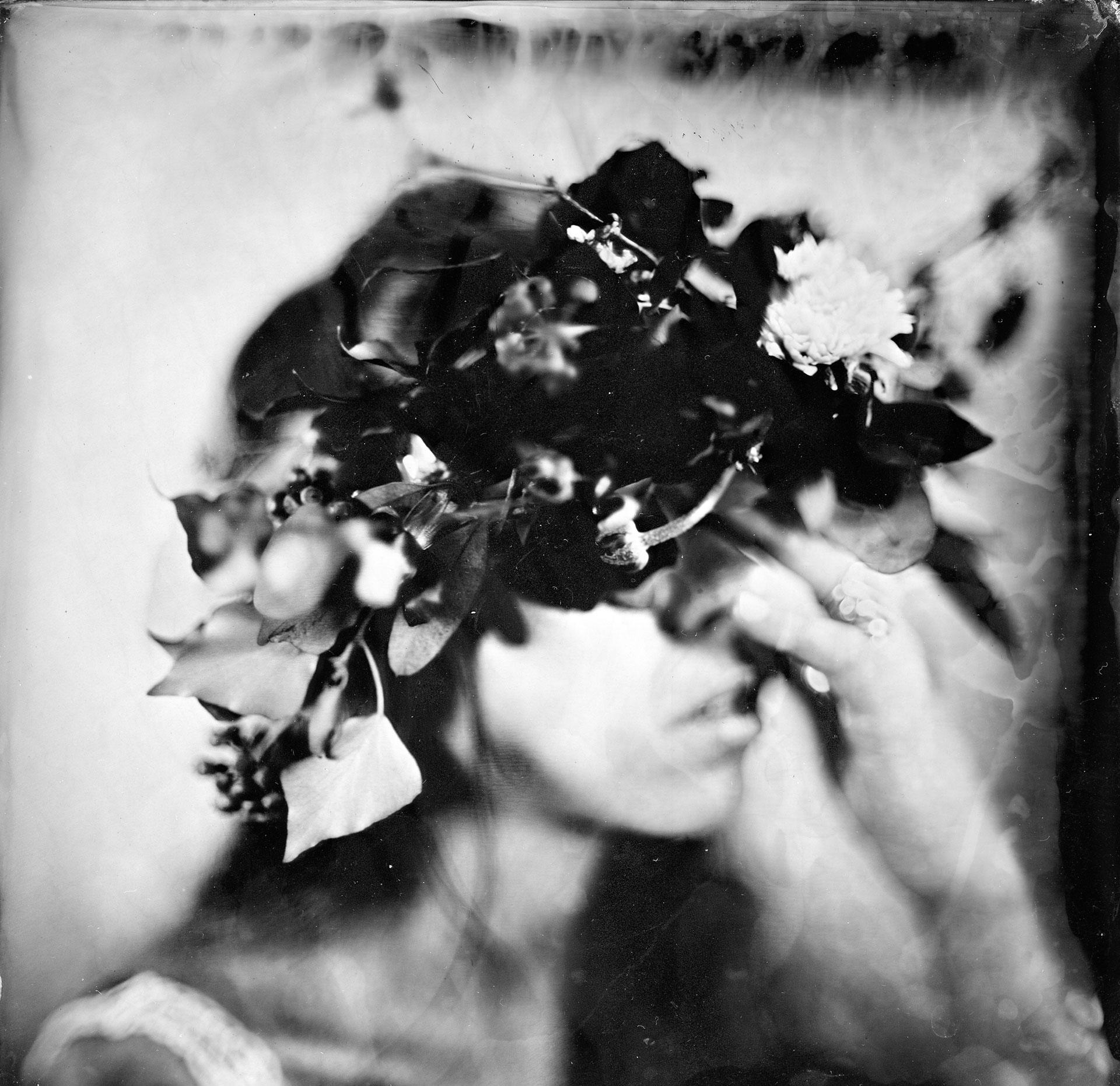 Portrait d'une jeune femme portant une couronne de fleurs séchées