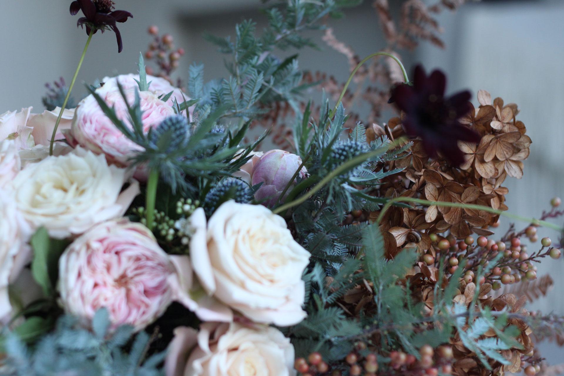 Bouquet de fleurs naturelles et sauvages pour une mariée
