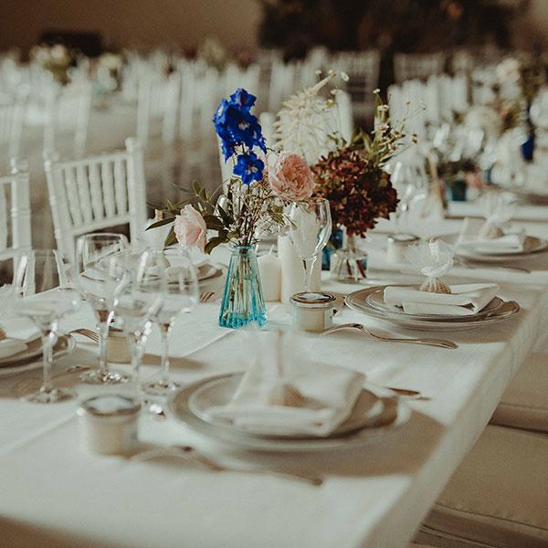 Bouquet posé sur une table de mariage