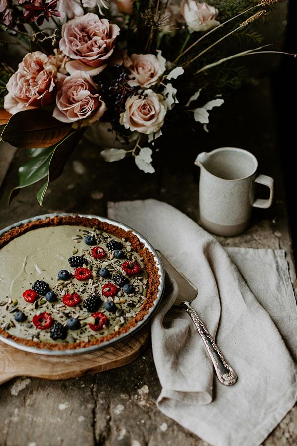 Bouquet de roses et gâteau fait maison aux framboises