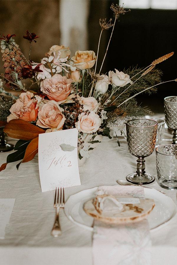 Table de mariage avec couverts et bouquet