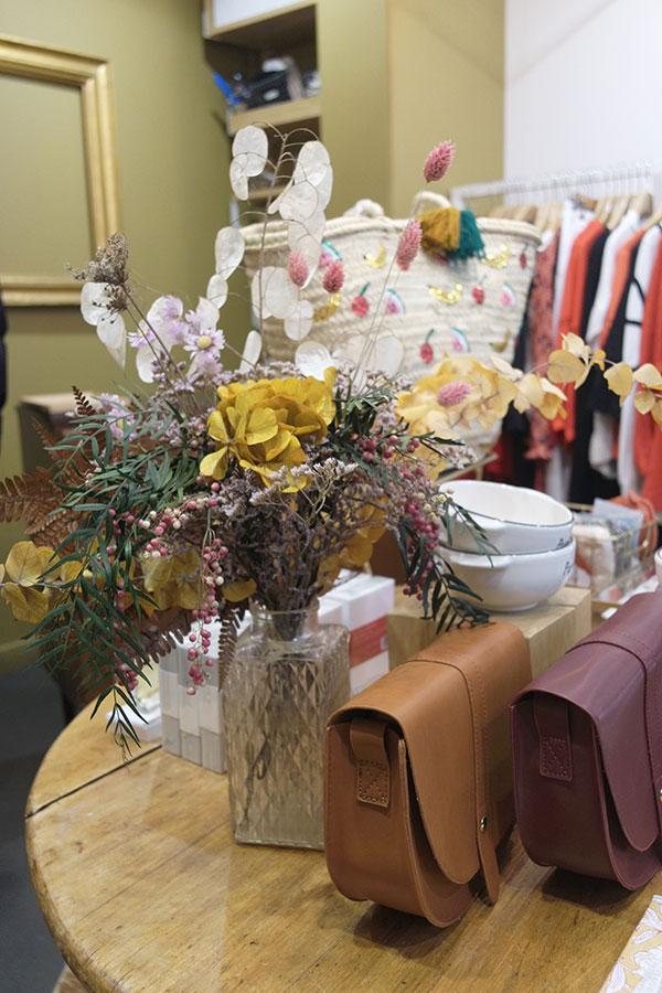 Bouquet dans vase posé à l'intérieur d'une boutique