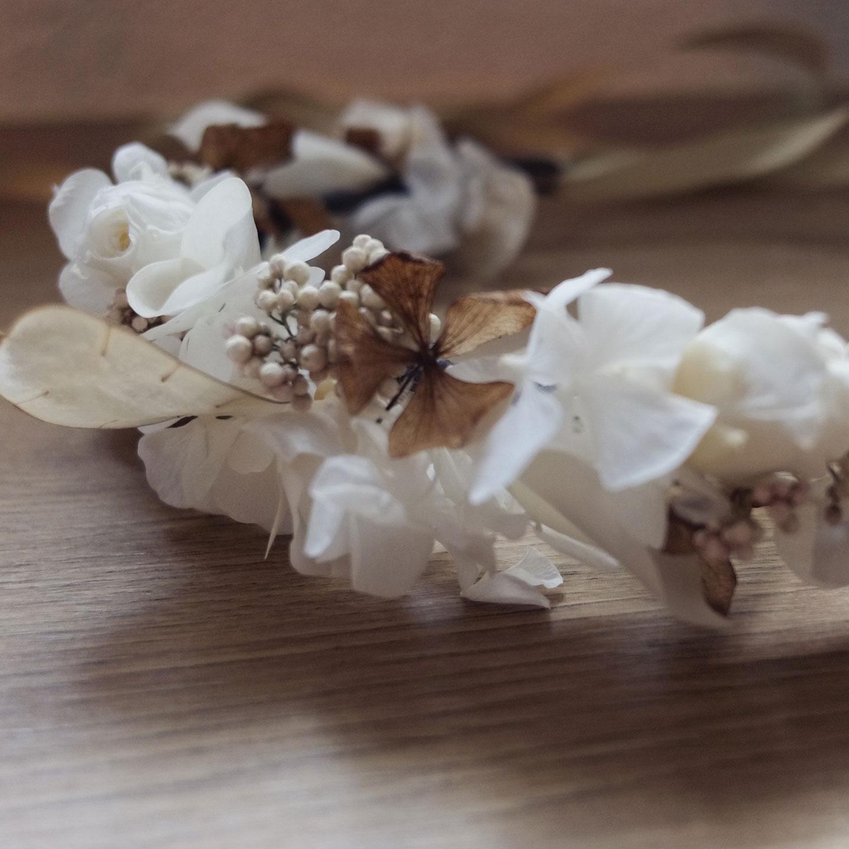 Couronne de fleurs séchées et stabilisées pour un mariage