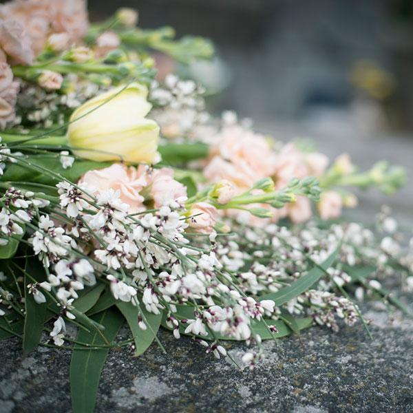 Bouquet posé sur une pierre tombale