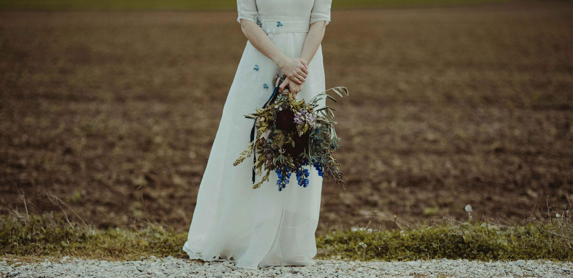 Mariée portant un bouquet bohème et oriental
