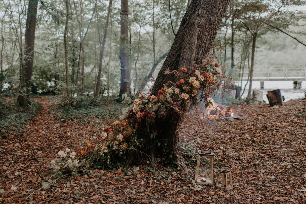 decor ceremonie sauvage organique naturel sauvage automnal brique terracotta moutarde arbre fleuri