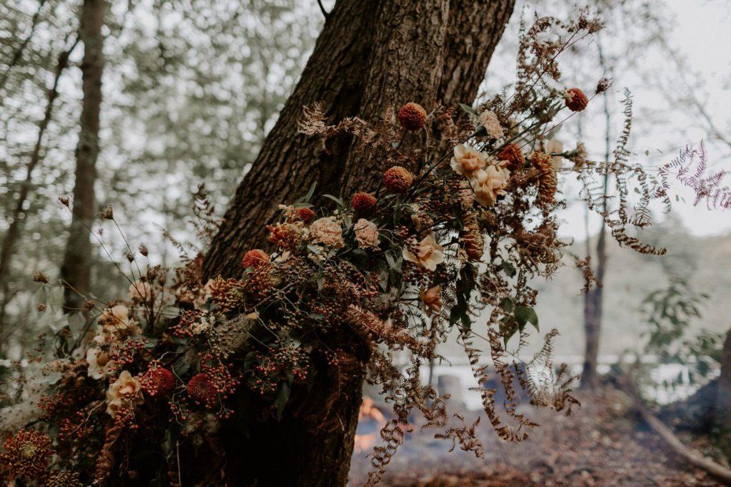 decor ceremonie sauvage organique arbre fleuri naturel sauvage automnal brique terracotta moutarde