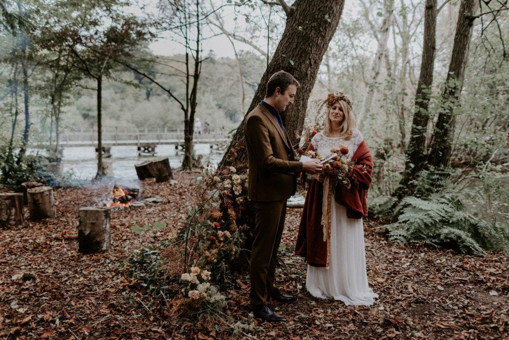 decor ceremonie sauvage organique bouquet mariee couronne naturel sauvage automnal brique terracotta moutarde