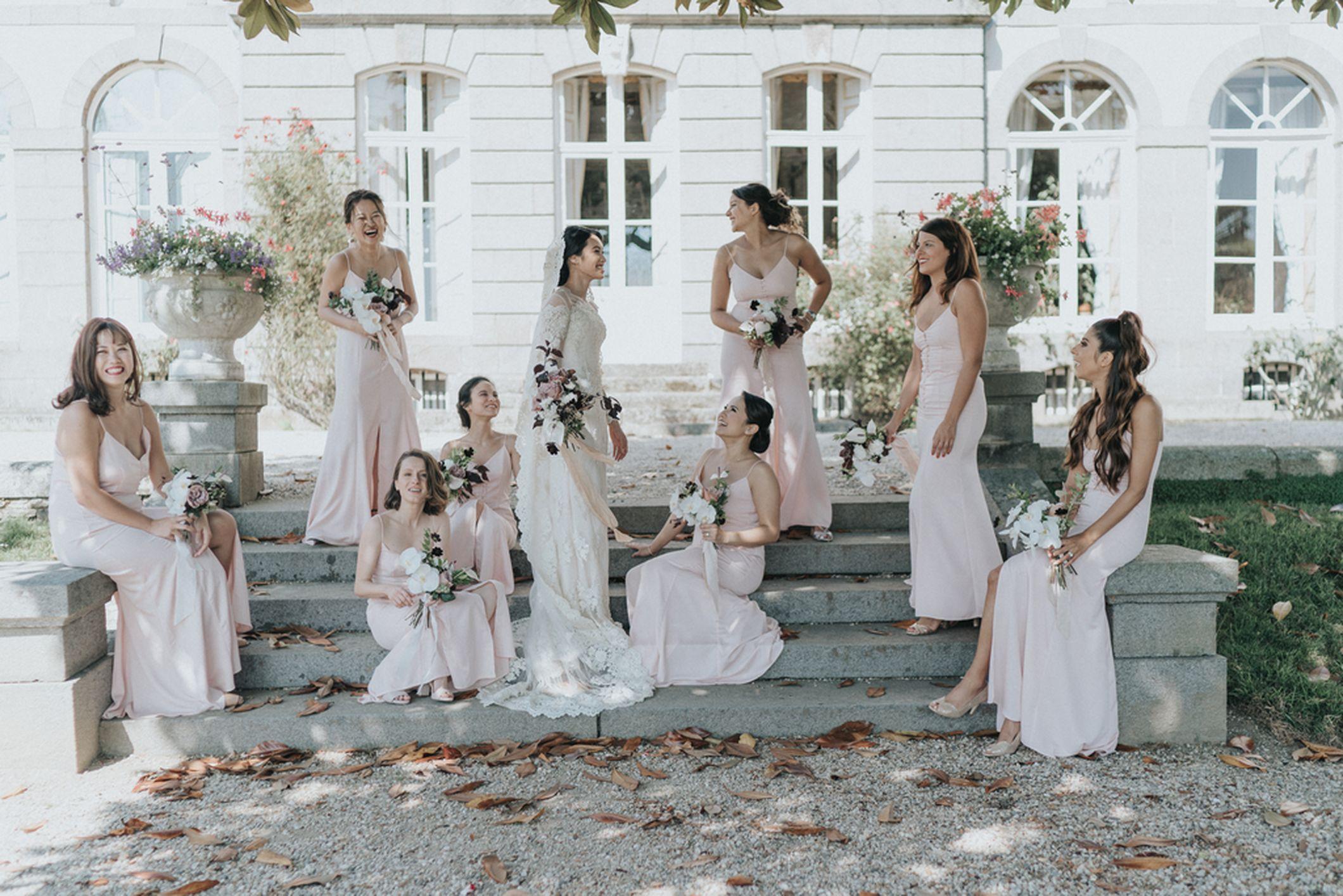 mariee demoiselles d'honneur bouquets de fleurs