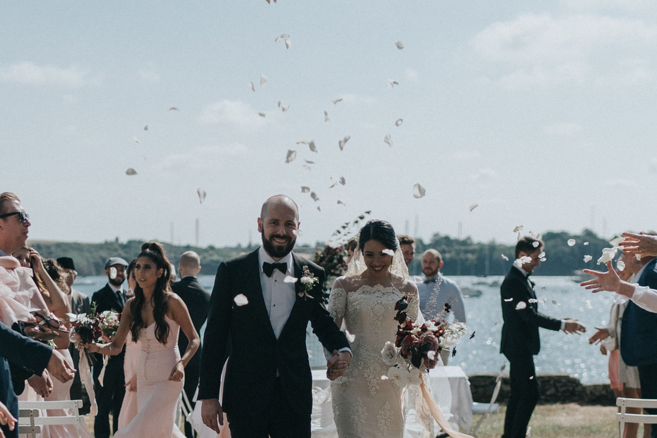 couple mariage cérémonie mer bouquet sauvage rose orchidée