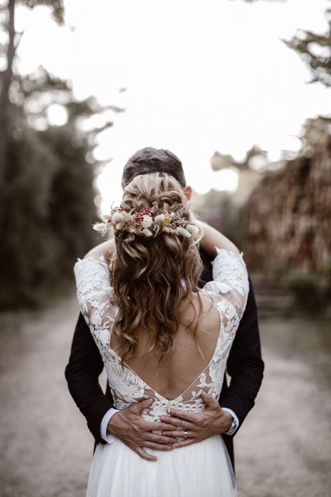 couple mariage trash the dress fleurs sechees accessoire