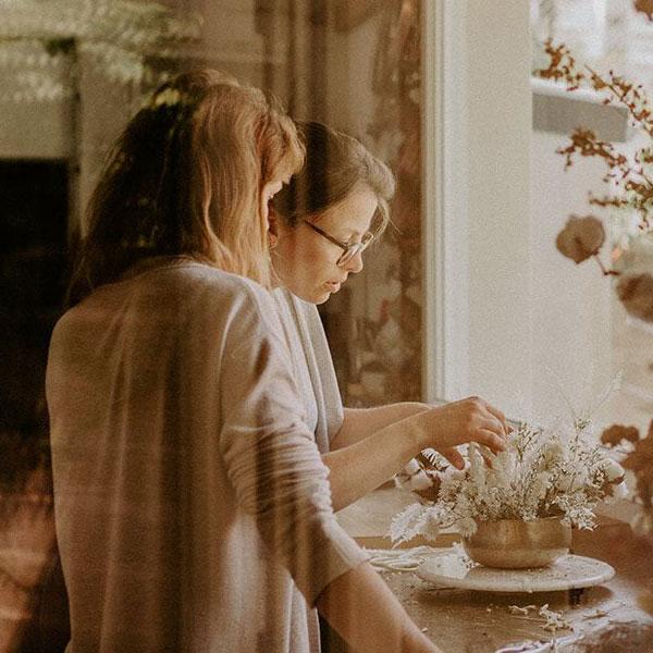 Femme qui apprend à concevoir un bouquet de fleurs